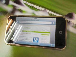 Imagen de un iphone representando www.realidadaparte.es en el navegador safari